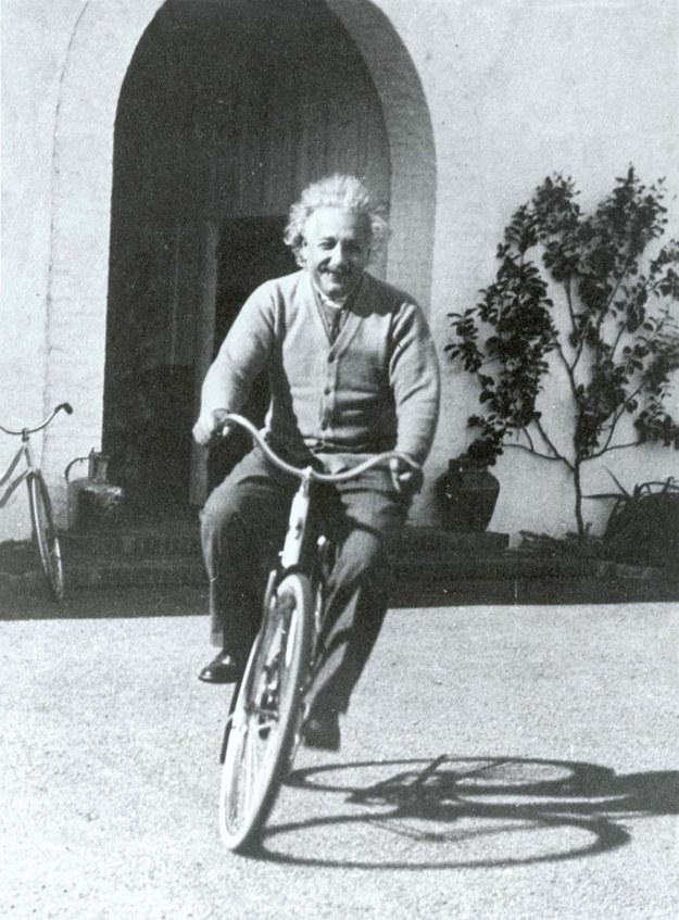 Zdjęcie z 18.02.1933 roku przedstawiające słynnego fizyka, noblistę Alberta Einsteina jadącego na rowerze przed domem znajomych w Santa Barbara w Kalifornii /USA EINSTEIN   /PAP/EPA
