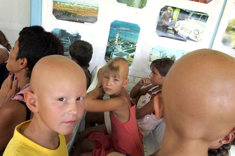 Zdjęcie z 2006 roku. Ukraińskie dzieci, pośrednie ofiary katastrofy w Czarnobylu, czekają w kolejce do badania /AFP