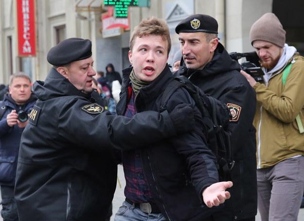 Zdjęcie z 2017 roku, kiedy funkcjonariusze zatrzymali Ramana Pratasiewicza, który próbował relacjonować wiec w Mińsku /STRINGER /PAP/EPA