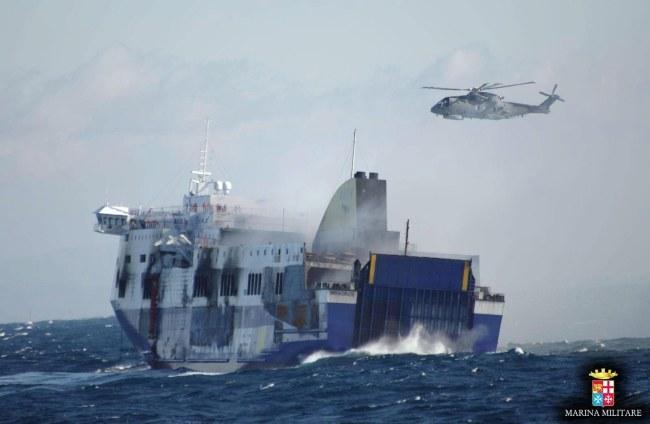 Zdjęcie z akcji ratunkowej /ITALIAN NAVY/HANDOUT /PAP/EPA