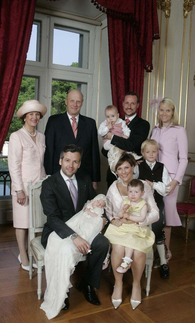 Zdjęcie z chrztu jednej z ich córek (2005 r.) /- /East News