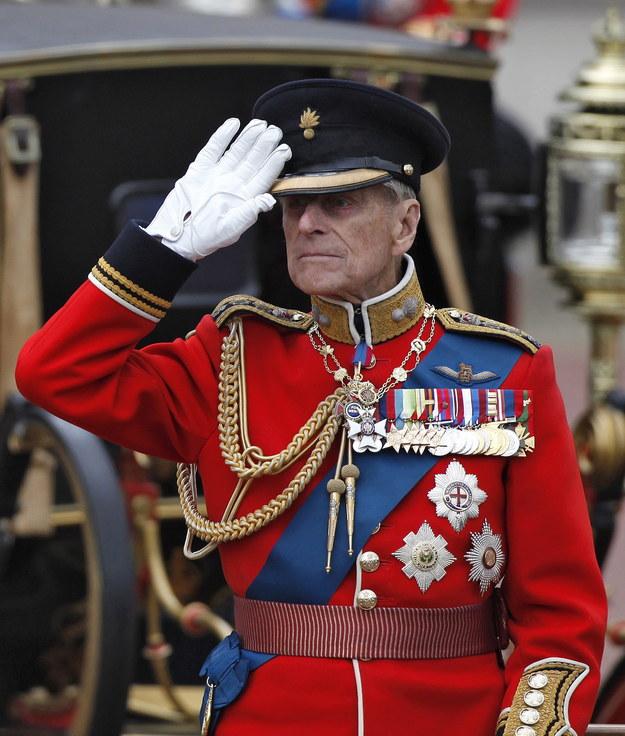 Zdjęcie z dnia 16 czerwca 2012 r. Brytyjski Książę Filip salutuje żołnierzom podczas parady przed Pałacem Buckingha /KAREL PRINSLOO