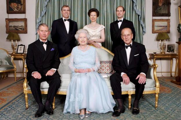 Zdjęcie z dnia 18 listopada 2007 r. Przedstawia (z przodu) brytyjską królową Elżbietę II (C) i księcia Filipa, księcia Edynburga (po prawej) i księcia Karola (po lewej), (z tyłu od lewej) księcia Andrzeja, księżniczkę Annę i księcia Edwarda podczas kolacji wydanej przez Księcia Walii i Księżną Kornwalii z okazji zbliżającej się Diamentowej Rocznicy Ślubu Królowej i Księcia w Londynie