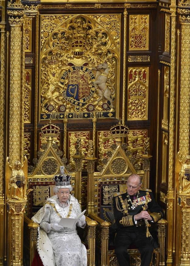 Zdjęcie z dnia 8 maja 2013 r. Przedstawia brytyjską królową Elżbietę II (po lewej) przemawiającą podczas oficjalnego otwarcia parlamentu wraz z mężem, księciem Filipem, księciem Edynburga w Londynie /Toby Melville /PAP/EPA