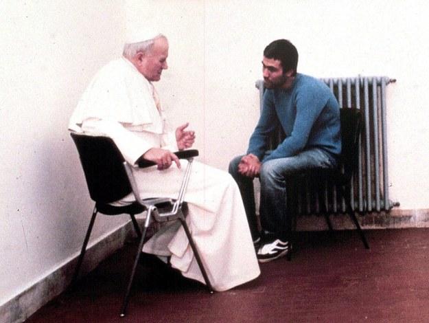 Zdjęcie z grudnia 1983 roku, na którym papież Jan Paweł II rozmawia  Ali 'Agcą /ANSA FILES /PAP/EPA