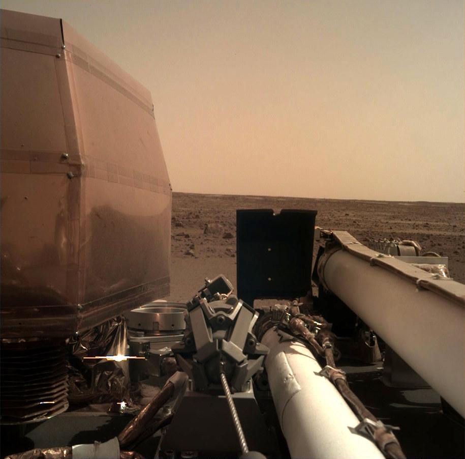 Zdjęcie z kamery IDC na sondzie InSight, wykonane jeszcze w dniu lądowania /NASA/JPL-Caltech /Materiały prasowe