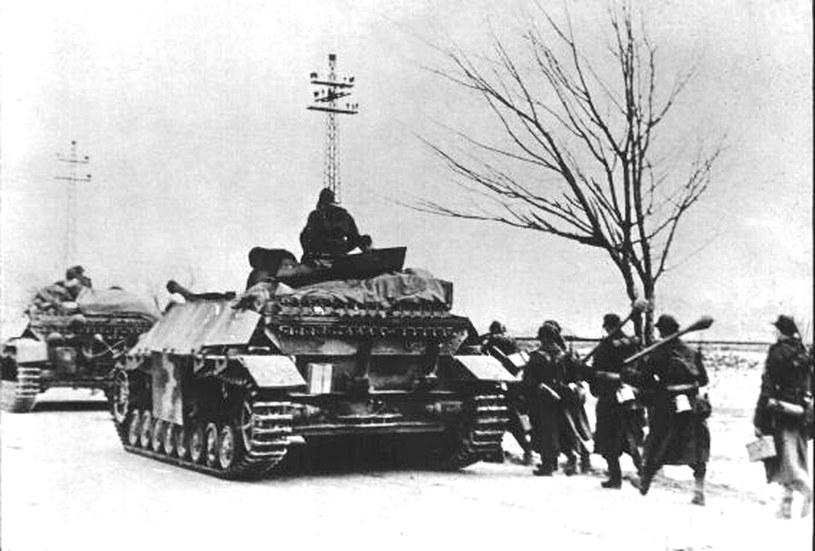Zdjęcie z kwietnia 1945 roku pokazujące niemieckich żołnierzy Wehrmachtu na polach bitew Seelower Hoehen /HO / GEDENKSTAETTE SEELOWER HOEHEN /AFP