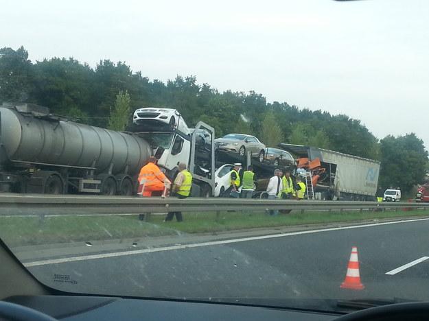 Zdjęcie z miejsca wypadku, do którego doszło dziś wieczorem na A4. /INTERIA.PL