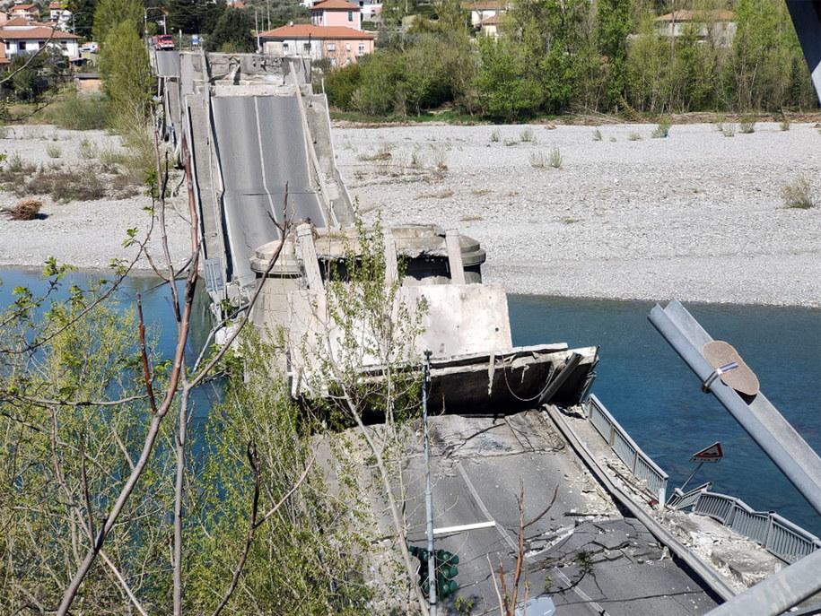 Zdjęcie z miejsca zawalenia się mostu /CARABINIERI / HANDOUT /PAP/EPA