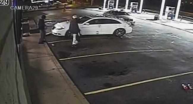 Zdjęcie z monitoringu stacji benzynowej /ST. LOUIS COUNTY POLICE VIDEO / HANDOUT /PAP/EPA