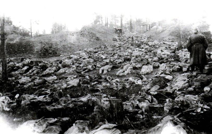 Zdjęcie z nazistowskiej ekshumacji w 1943 roku /East News /East News