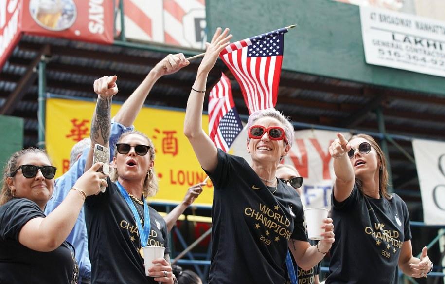 Zdjęcie z parady piłkarek USA po zdobyciu mistrzostwa świata /JOHN ANGELILLO /PAP/Newscom