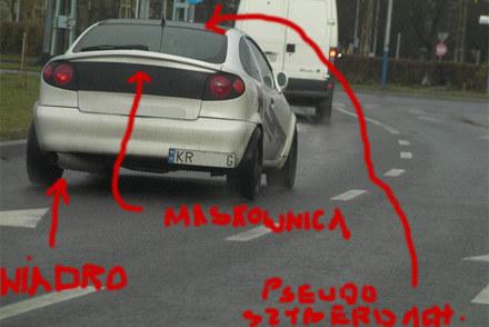 Zdjęcie z pobocza... Uwagę zwraca tablica rejestracyjna bez wymaganego podświetlenia /poboczem.pl