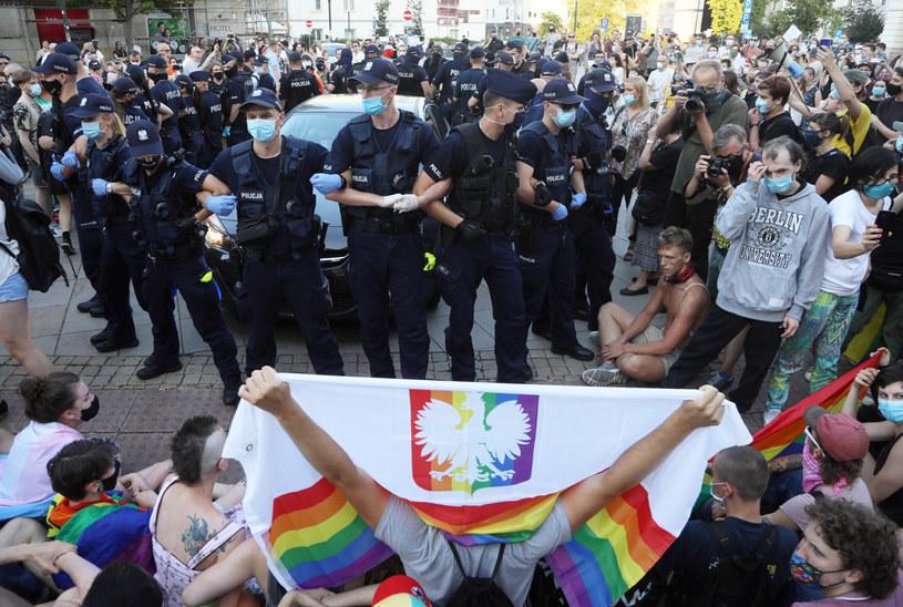 Zdjęcie z protestu aktywistów LGBT w stolicy, podczas których doszło do szarpaniny z policją / Jakub Kamiński    /East News