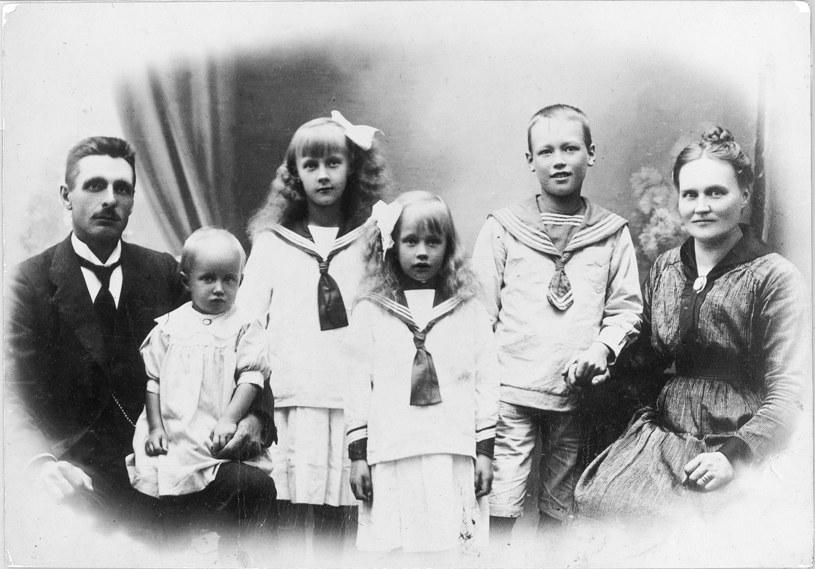 Zdjęcie z roku 1918 - rodzina Astrid Lindgren (Astrid - trzecia od lewej) /materiały prasowe