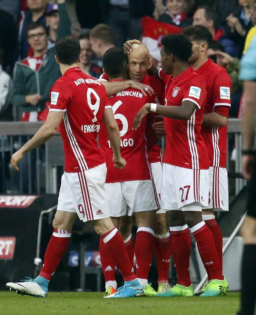 Zdjęcie z sobotniego meczu Bayern - Borussia sporo mówi o ostatnich relacjach Roberta Lewandowskiego z Arjenem Robbenem /PAP/EPA