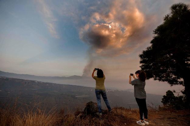 Zdjęcie z soboty - widać nowy komin pyłów i gazów wydobywających się z krateru /MIGUEL CALERO /PAP/EPA