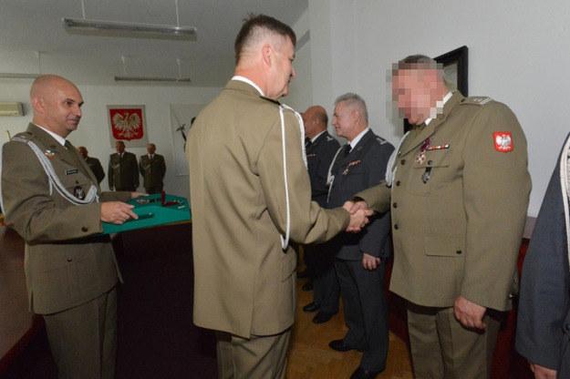 Zdjęcie z uroczystości wręczenia ppłk. Zbigniewowi J. Medalu Złotego za Długoletnią Służbę fot. Wojsko Polskie /RMF