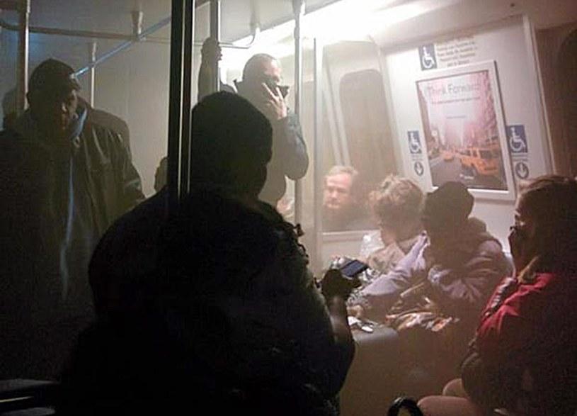 Zdjęcie z zadymionego wagonu zamieszczone na Twitterze przez jednego z pasażerów /PAP/EPA