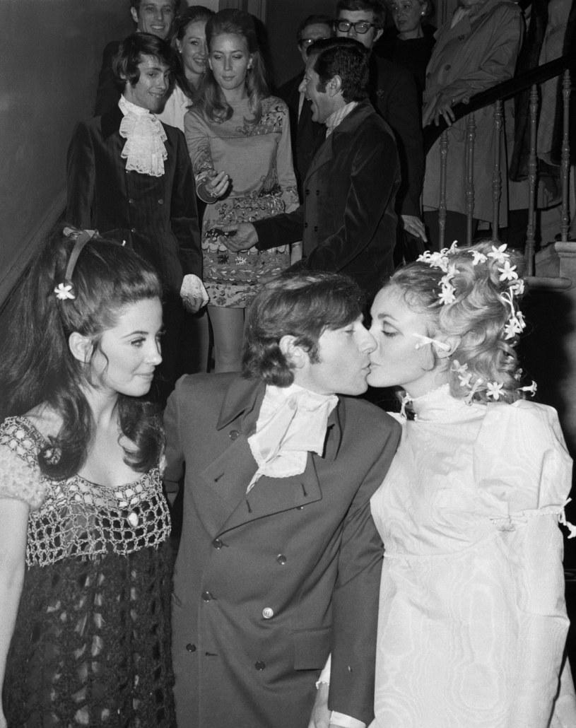Zdjęcie ze ślubu Polańskiego i Tate (na zdj. także aktorka Barbara Parkins) /ASSOCIATED PRESS/East News /East News