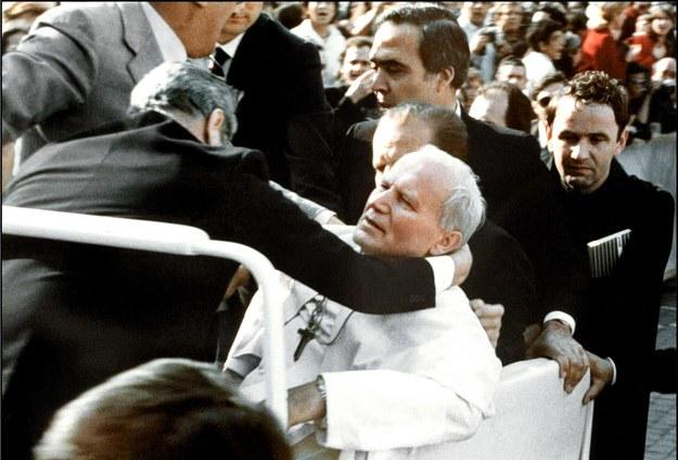 Zdjęcie zrobione tuż po zamachu na Jana Pawła II /PAP/EPA/ANSA /PAP/EPA