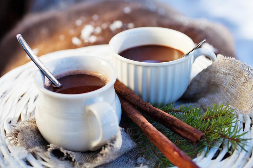 Zdrową alternatywą dla kawy może być, na przykład, karob (czyli chlebek świętojański) /123RF/PICSEL