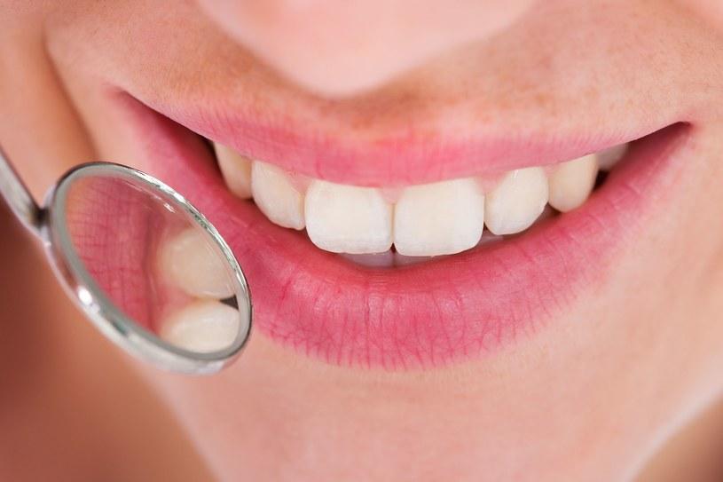 Zdrowe dziąsła to gwarancja pięknego uśmiechu /123RF/PICSEL
