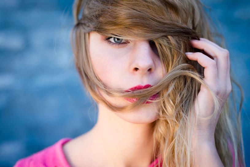 zdrowe i mocne włosy – która z nas o nich nie marzy? Podstawą do osiągnięcia tego celu jest codzienna pielęgnacja. /123RF/PICSEL