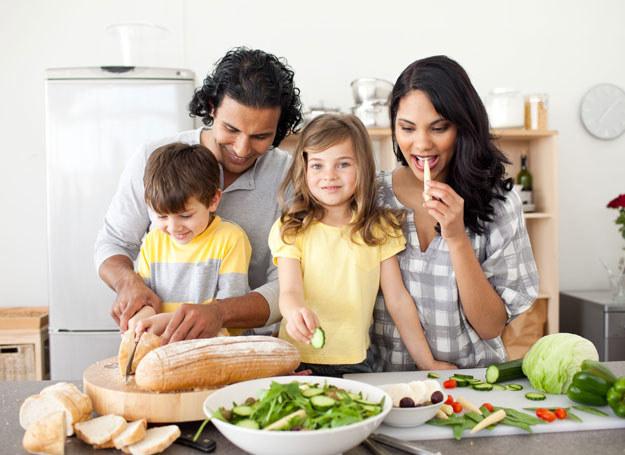 Zdrowe jedzenie jest ważne dla każdego członka rodziny /123RF/PICSEL