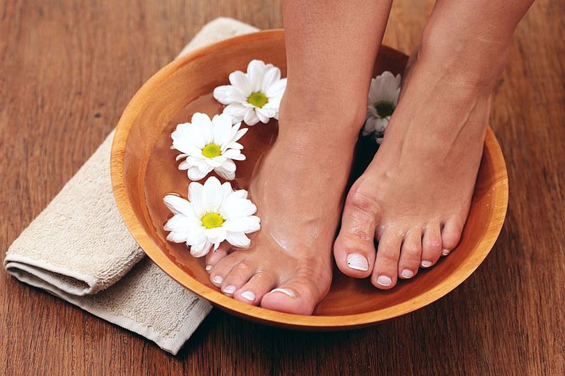 Zdrowe stopy to wypoczęte stopy. Nie żałuj im zabiegów pielęgnacyjnych /123RF/PICSEL
