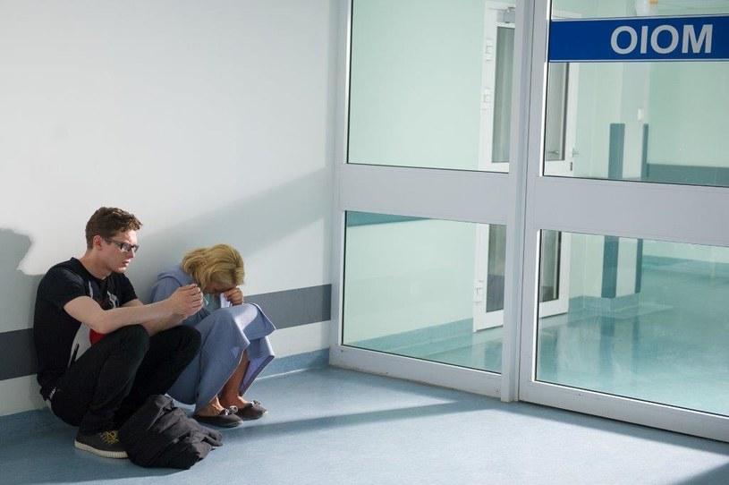 Zdybicka nie chce, żeby maluszek został tam sam. Maks zapewnia ją, że cały czas będzie przy nim. /TVN