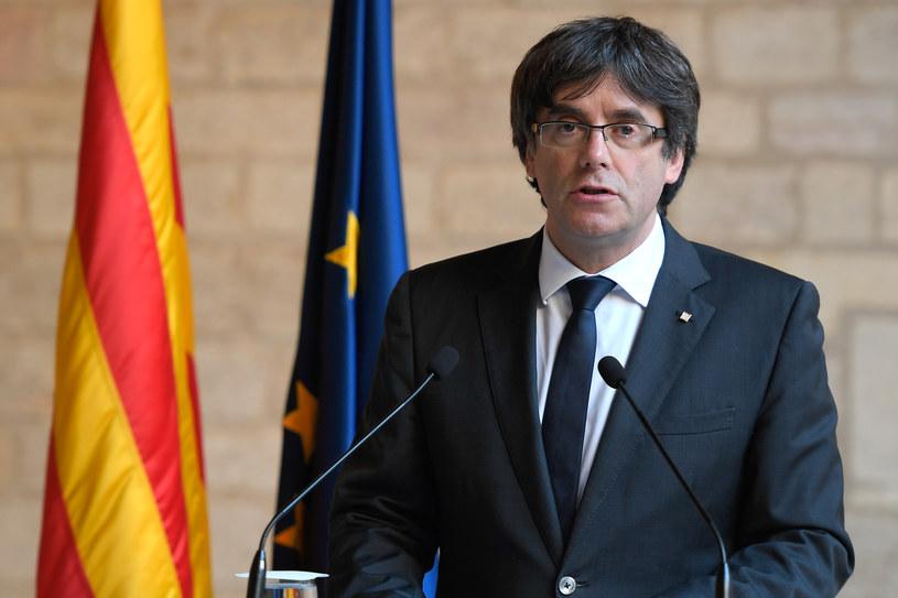 Zdymisjonowany premier Katalonii Carles Puigdemont oskarżył Madryt o łupienie i plądrowanie regionu /LLUIS GENE /AFP