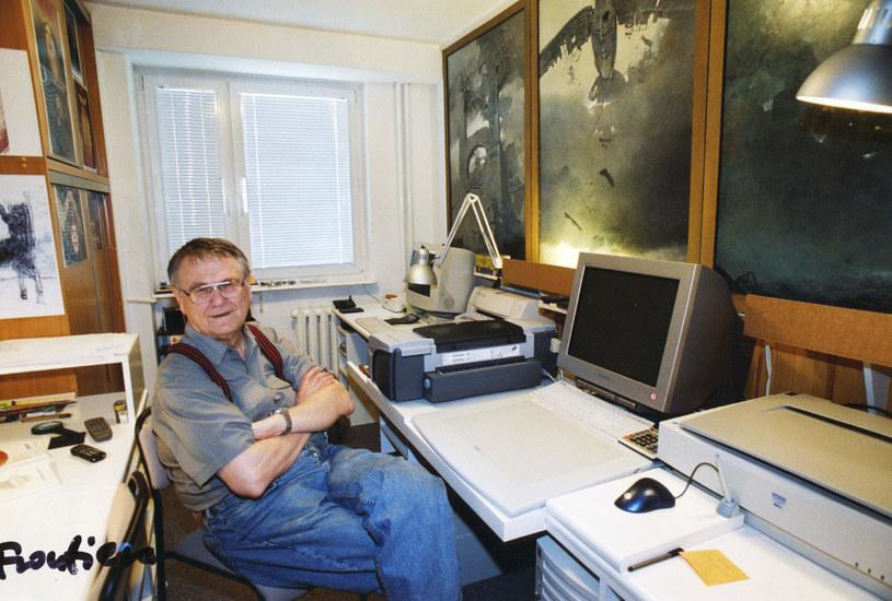 Zdzisław Beksiński w swojej pracowni komputerowej w Warszawie, około 2002 r. (źródło: Muzeum Historyczne w Sanoku) /