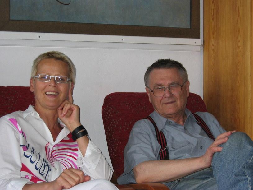 Zdzisław Beksiński z  Anną Dmochowską w pokoju gościnnym (prawdopodobnie 2003 rok) /Archiwum prywatne Piotra Dmochowskiego /