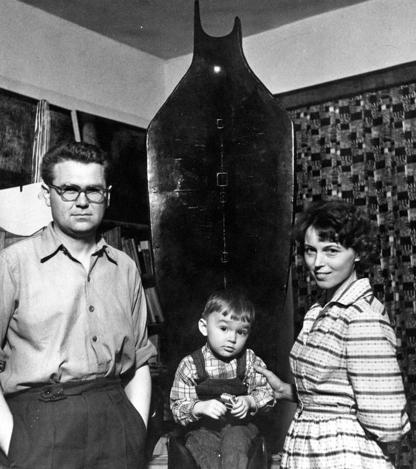 Zdzisław Beksiński z żoną Zofią i synem Tomkiem (koniec kwietnia 1961 r.). Fotografie pochodzą z archiwum Muzeum Historyczne go w Sanoku /