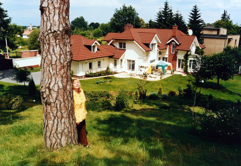 Zdzislawa Sosnicka przed swoim domem /Marek Szymański /Agencja FORUM