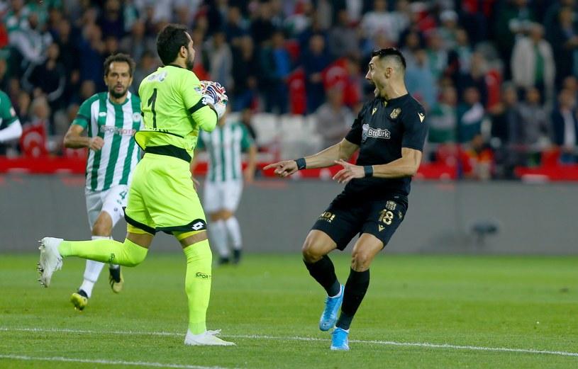 Zdziwiony napastnik przygląda się, jak bramkarz Konyasporu spokojnie łapie piłkę poza polem karnym / Abdullah Coskun/Anadolu Agency /Getty Images