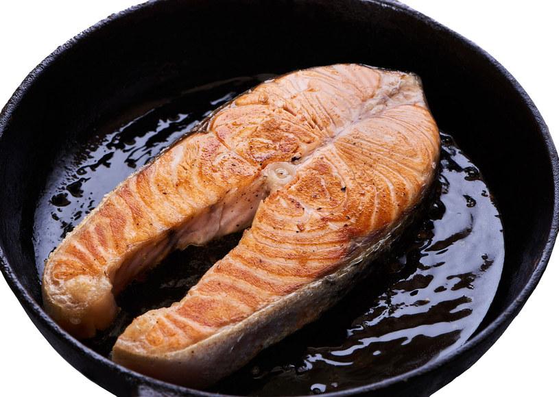 Ze smażeniem ryby lepiej uważać /123RF/PICSEL