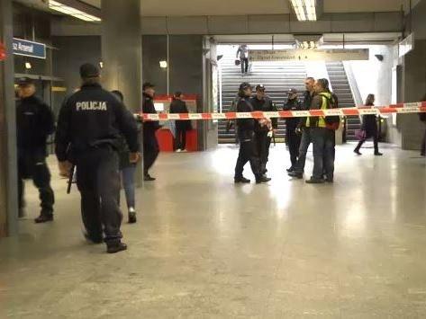 Ze stacji Ratusz Arsenał ewakuowano około 1000 osób /Michał Dukaczewski /RMF FM