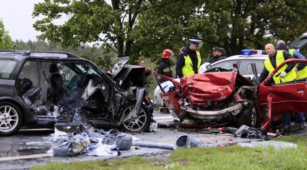 Ze wstępnych ustaleń wynika, że kierowca peugoeta zjechał na lewy pas /