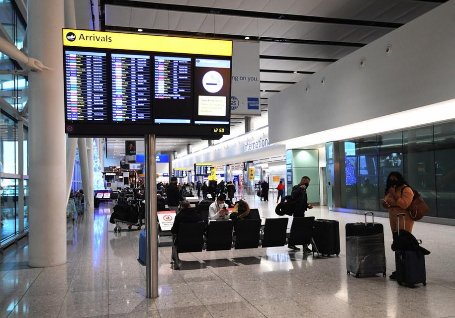 Ze względów bezpieczeństwa loty z Wielkiej Brytanii do Polski zostaną zawieszone od północy z poniedziałku na wtorek. Decyzja związana jest z pojawieniem się nowej odmiany koronawirusa. /FACUNDO ARRIZABALAGA /PAP/EPA
