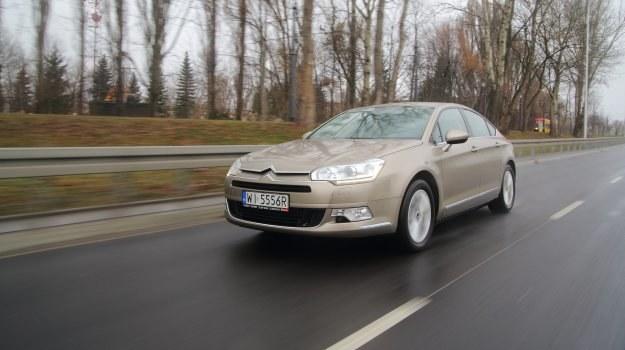 Ze względu na ograniczone zaufanie do marki, używane Citroeny C5 mają duży spadek wartości. Można je zatem kupić okazyjnie tanio. /Motor