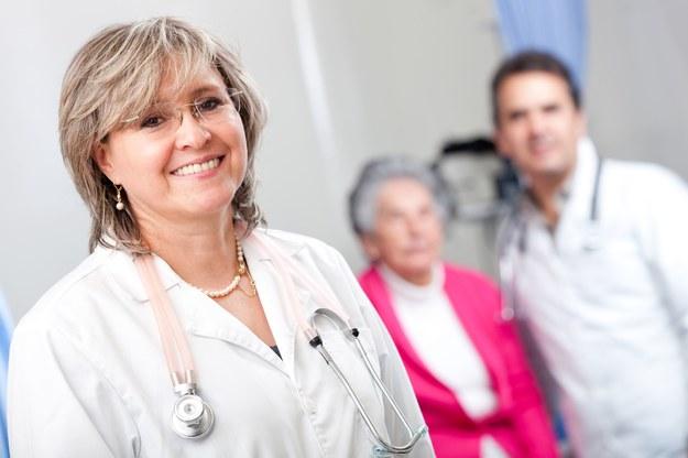 Ze względu na rosnące zapotrzebowanie na usługi geriatrów można prognozować, że w krótkim czasie ich wynagrodzenia znacząco wzrosną /123RF/PICSEL