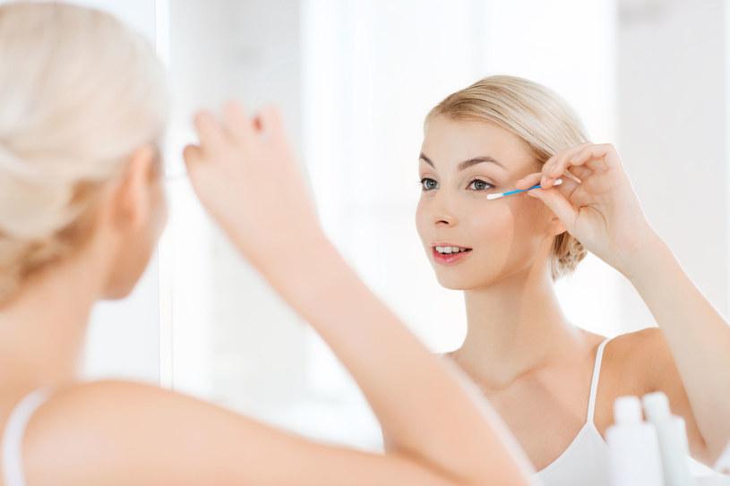 Ze zmywaniem makijażu, także wodoodpornego, świetnie radzą sobie olejki /123RF/PICSEL