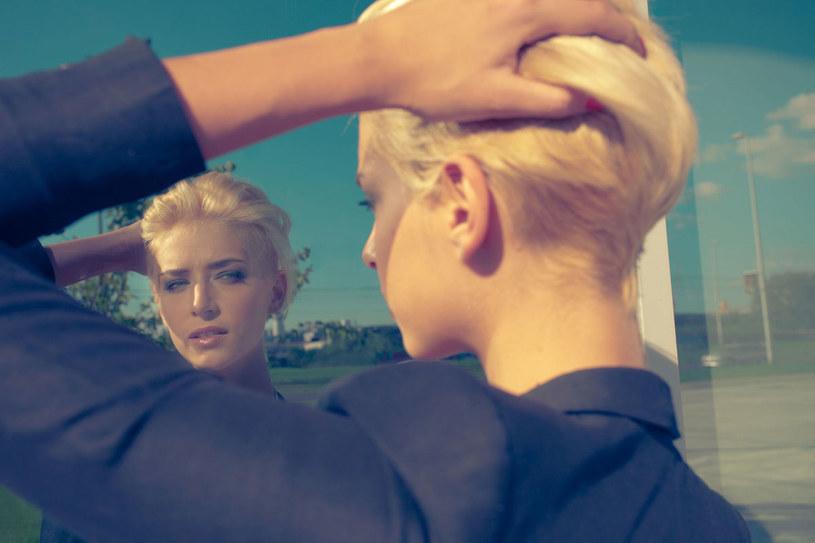 Żeby krótkie włosy dobrze wyglądały, trzeba je wystylizować odpowiednio. /123RF/PICSEL