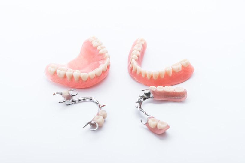 Zęby można zastąpić protezą /123RF/PICSEL