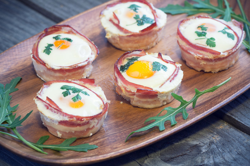 Żeby przy wbijaniu jajek do muffinów nie uszkodzić żółtek, można jajka wbić najpierw do miseczki, a potem ostrożnie zsunąć je do foremki /123RF/PICSEL