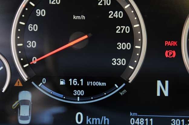 Zegar naszej M5. Zwóć uwagę na zużycie paliwa i przebieg (240 km to trasa, 60 km. tor) /INTERIA.PL
