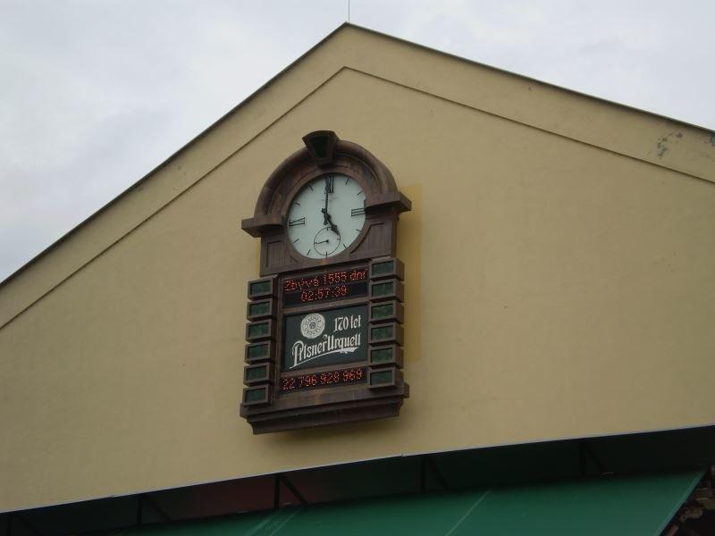 Zegar piwny w browarze Pilsnera pokazuje ile półlitrowych butelek wyprodukowano tu od 170 lat /Rafał Walerowski /INTERIA.PL