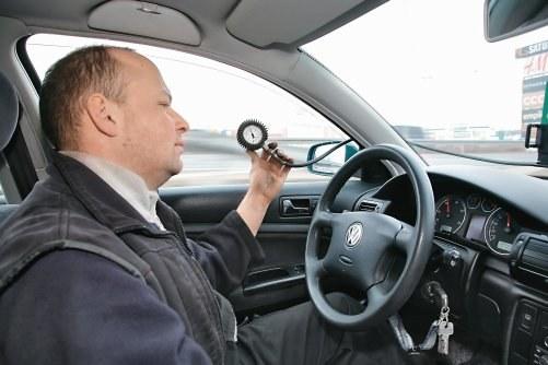 Zegar umieszcza się w kabinie, ponieważ pomiary ciśnienia przeprowadza się podczas jazdy. /Motor